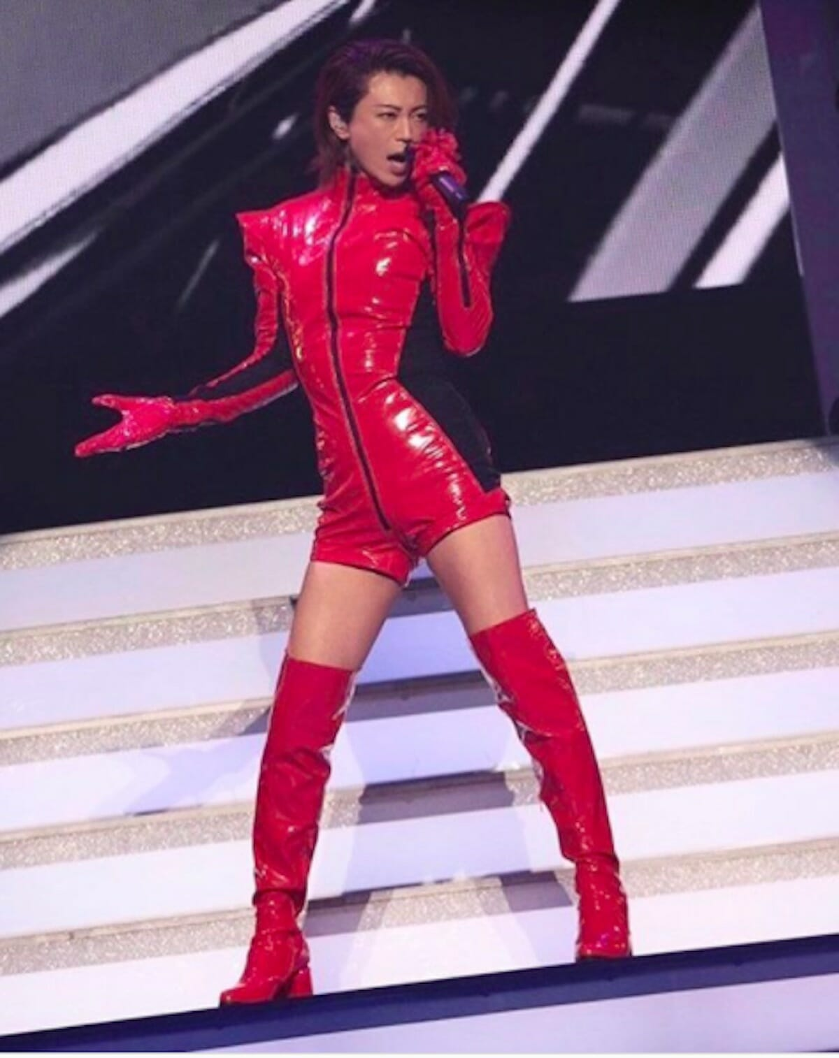氷川きよし「自分らしくいれる衣装です」真っ赤なエナメルで、セクシー…!ファンも『最高』と歓喜